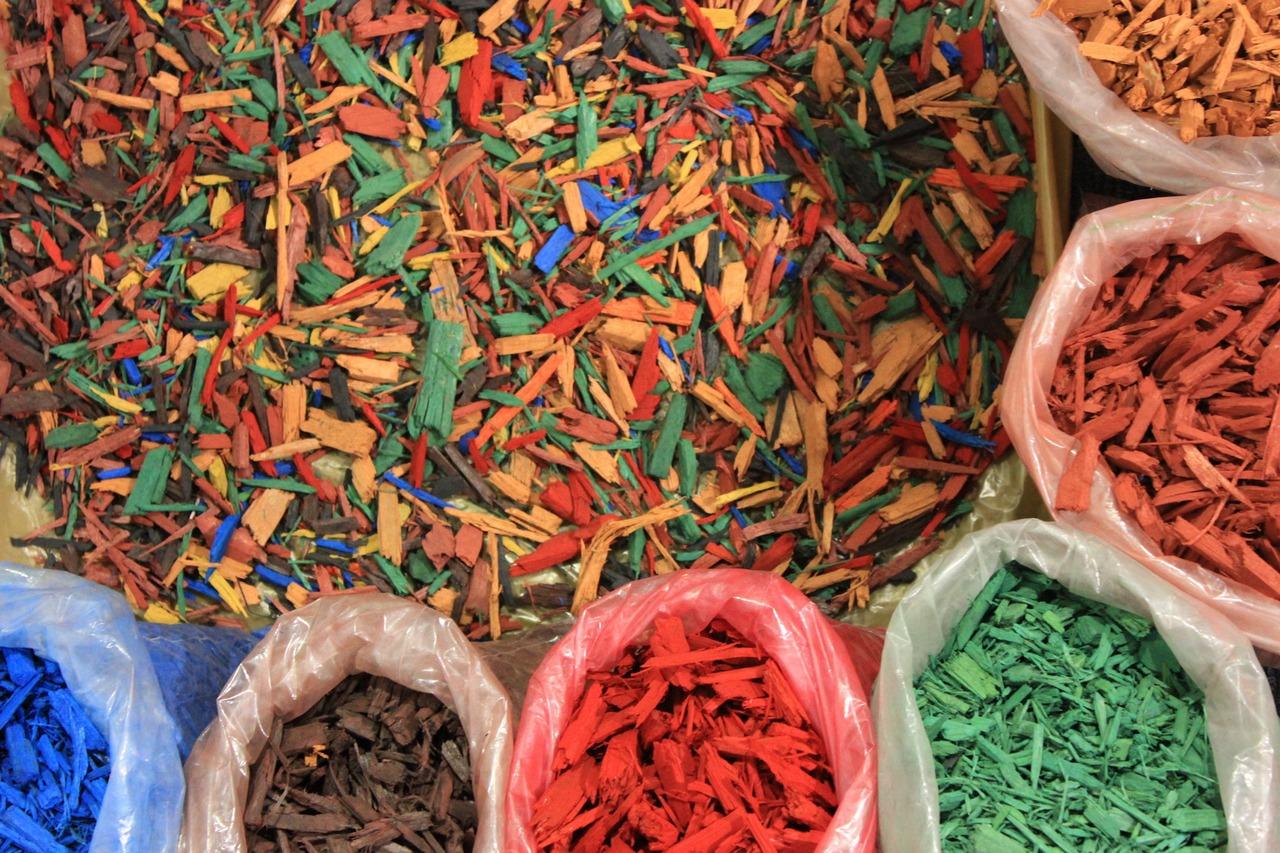 Чем покрасить опилки для мульчирования в домашних условиях