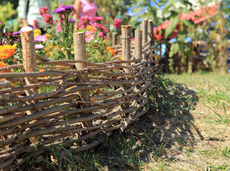 Как сделать забор плетень своими