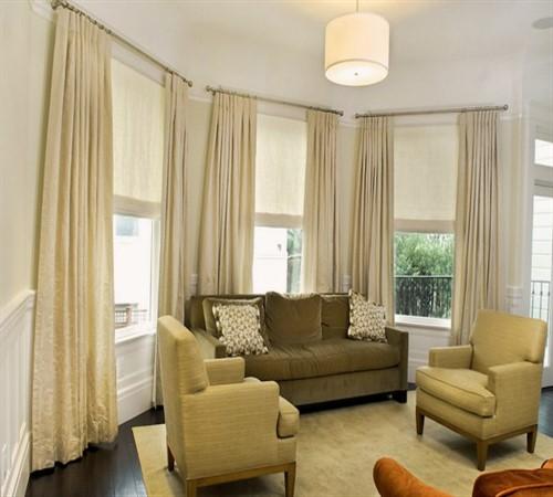 сочетание римских штор и гардин в гостиной