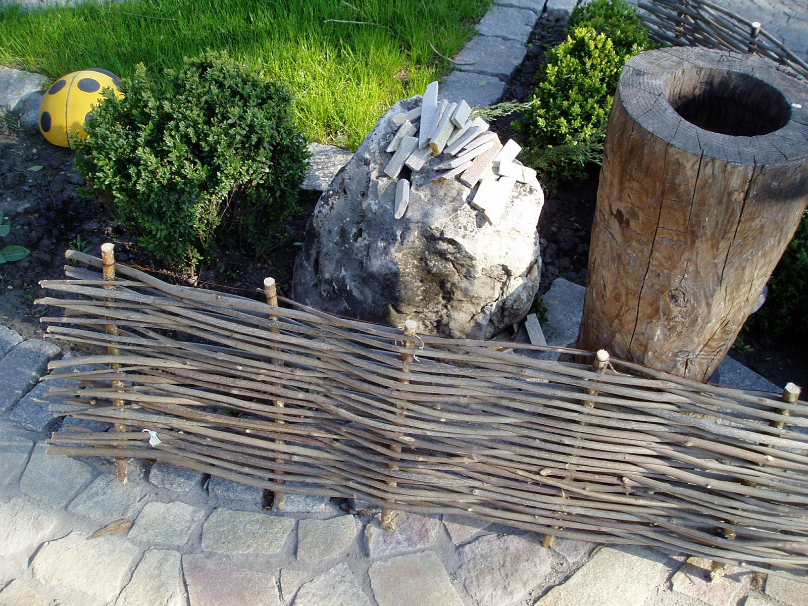 Заборчик из прутьев для клумбы