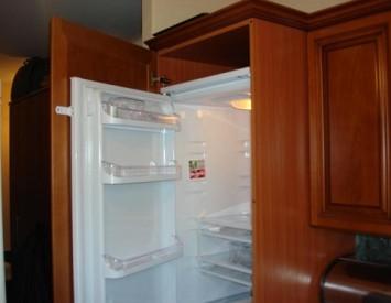 Спрятать холодильник в шкаф