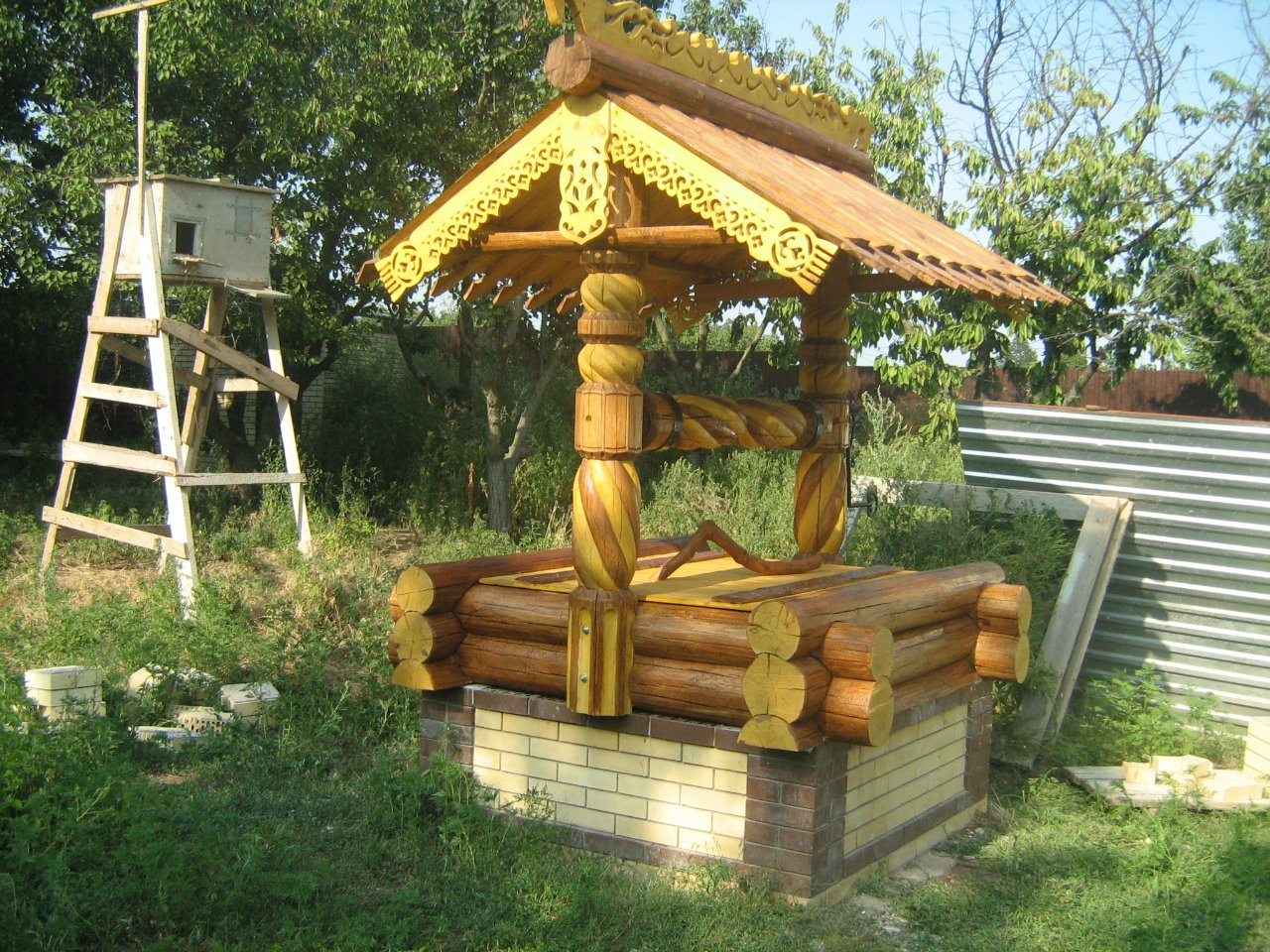 Колодец деревянный на даче