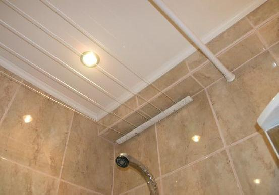 Подвесной потолок в ванной своими руками из пластика