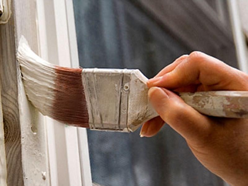 Окраска старых деревянных окон.
