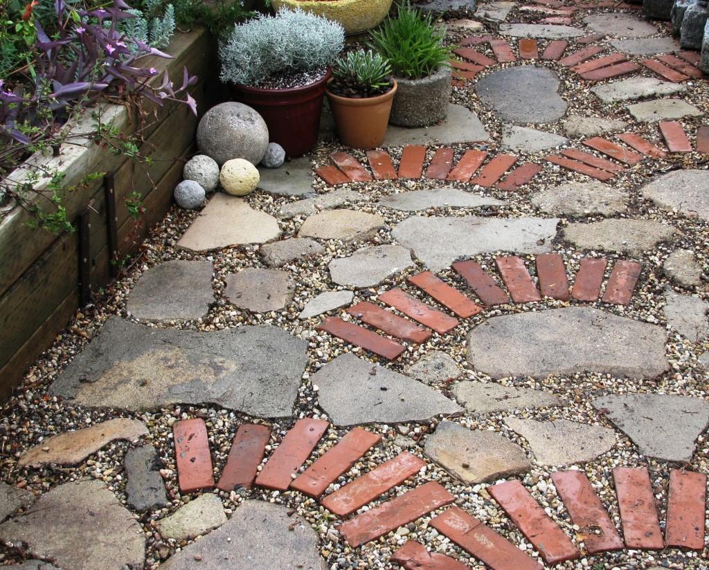 Как сделать дорожку в саду из подручных материалов