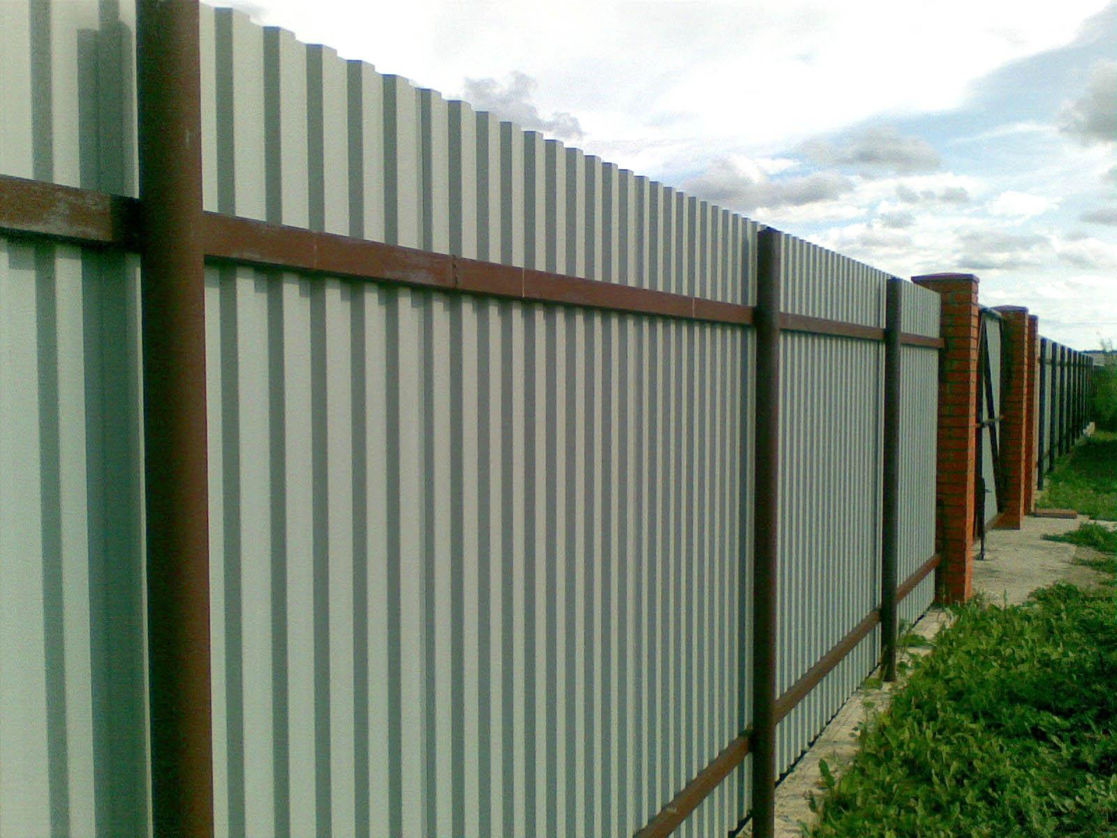 Забор из профнастила своими руками, или как возвести ограждение с минимальными тратами 296
