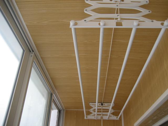 Вешалка на балкон для белья потолочная